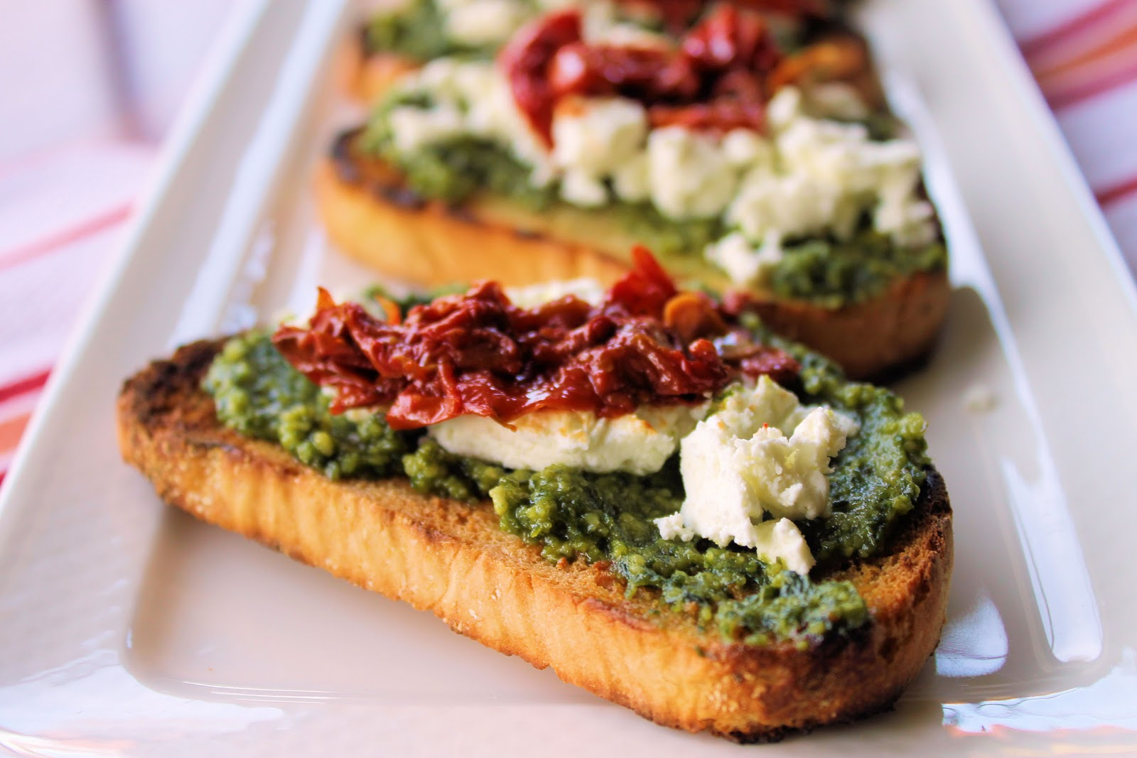 Savoir faire crostinis con pesto de albahaca queso de for Entradas francesas