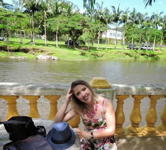 Look - Vestido Florido + Chapéu no Improviso