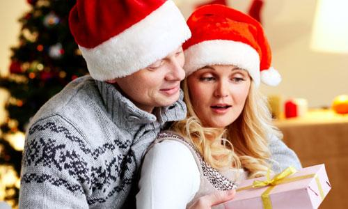 5 Christmas Gift Ideas for Girlfriend , man gave woman present gift girl