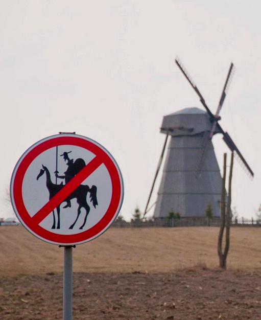 Waarom bandnaam They Might Be Giants - Don Quixote - No Quixotes road sign
