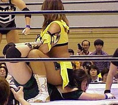 Etsuka Mita,Toshie Uematsu, boston crab, wrestling women, japanese women wrestling