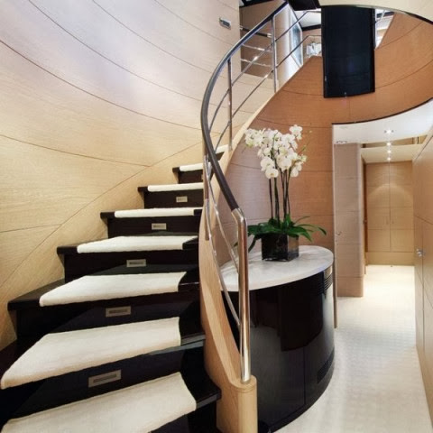 10 modelos y tipos de escaleras para interiores for Escaleras con medio bano