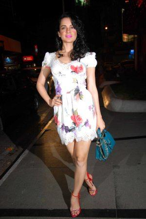 kangana ranaut in white skirt - kangana ranaut in white floral skirt