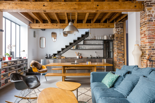 Interior loft vintage industrial con toques retro en for Cocinas debajo de las escaleras