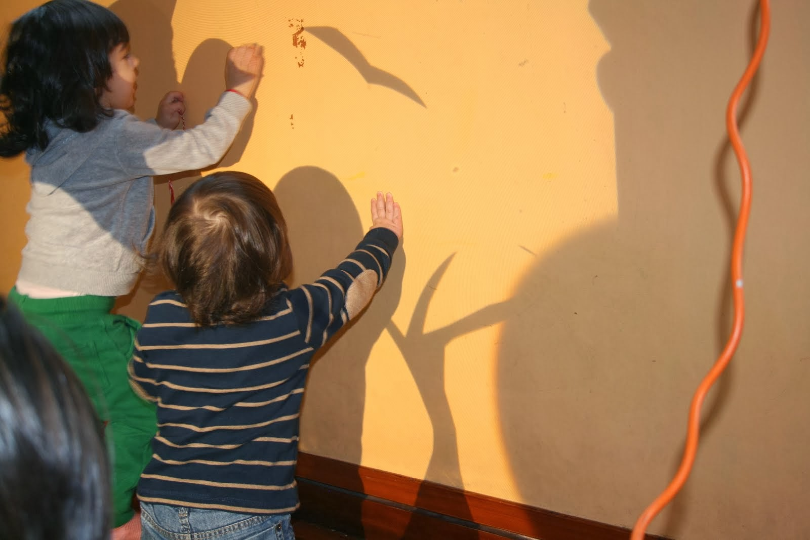 Ομάδα βρεφικού-Παιχνίδι με σκιές
