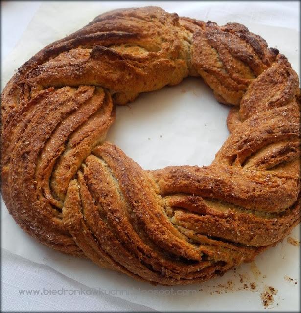 wieniec cynamonowy, ciasto drożdżowe, wieniec drożdżowy