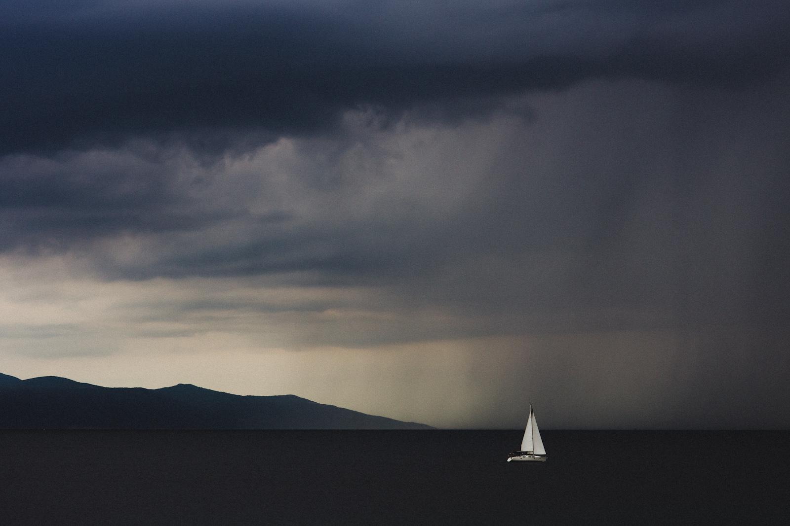 Łódka w burzy. Nadmorski pejzaż burzowy. fot. Łukasz Cyrus