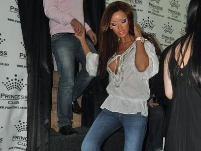 Bianca Dragusanu isi arata  silicoanele in public