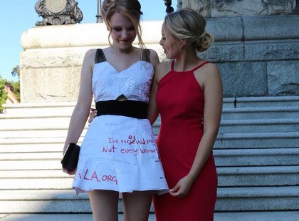 Inspiratif, Siswi Ini Daur Ulang Kertas Ujian Jadi Gaun Pesta Kelulusan