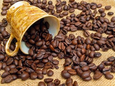 Granos de café tostado en una taza