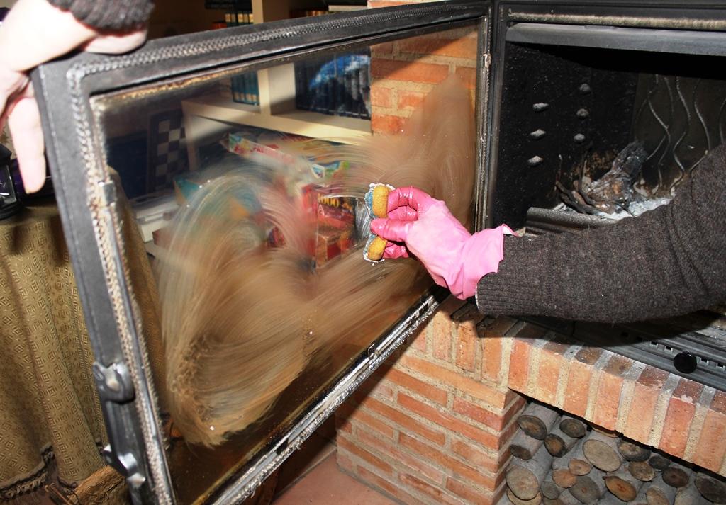 Como limpiar el cristal de la chimenea o estufa recetas - Limpia cristales casero ...