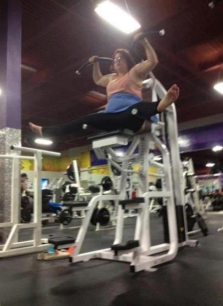 Mulher gorda fazendo exercícios