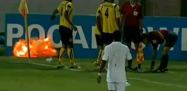 Jugador de futbol encuentra una granada en la cancha y la suelta justo antes de que explote (video)