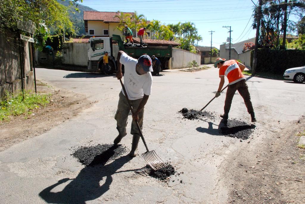 Já a operação tapa-buracos atuou em várias ruas da Tijuca e também na Estrada do Araquém, na Granja Guarani, principal via do bairro