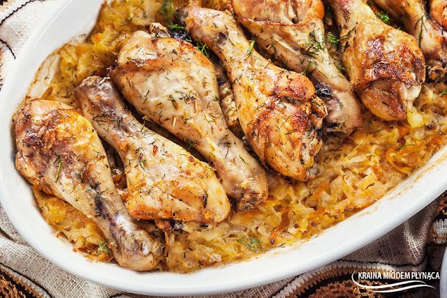 udka z kurczaka pieczone na kapuście kiszonej, kurczak z kapustą kiszoną, udka z piekarnika, pałki z piekarnika, pieczony kurczak, kapusta kiszona z piekarnika, smażona kapusta kiszona, kapusta z mięsem, danie z piekarnika, kraina miodem płynąca