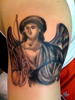 Tatuagens em santos no braço