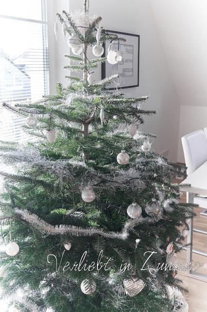 Weihnachtsbaum in weiß dekoriert