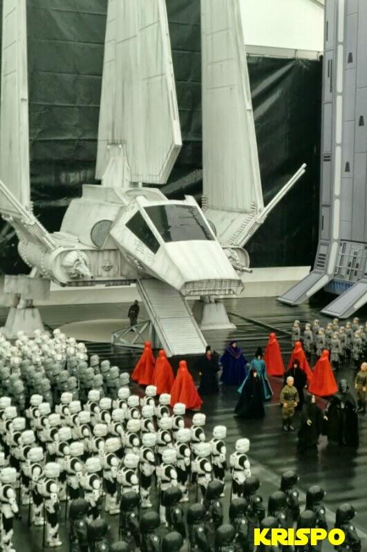 llegada de emperador a estrella mueerte de star wars con soldados y nave