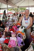 A artesã Rosângela Figueiredo e suas bonecas de pano já esperam as próximas exposições