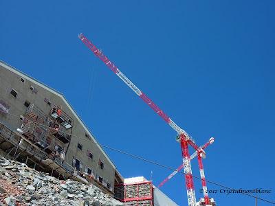 grues du chantier de rénovation du téléphérique de la Pointe Helbronner devant le refuge Torino en Italie, dans le Mont-Blanc