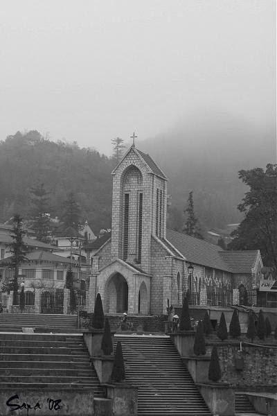 nhà thờ đá sapa trong sương