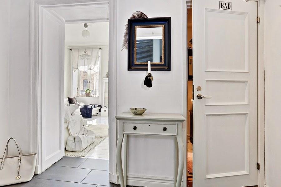 białe wnętrze, styl skandynawski, wiklinowy koszyk, ratanowy koszyk, konsola, lustro, przedkokój