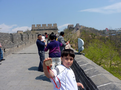 Nuestro hermano Álvaro en la cima de la muralla china