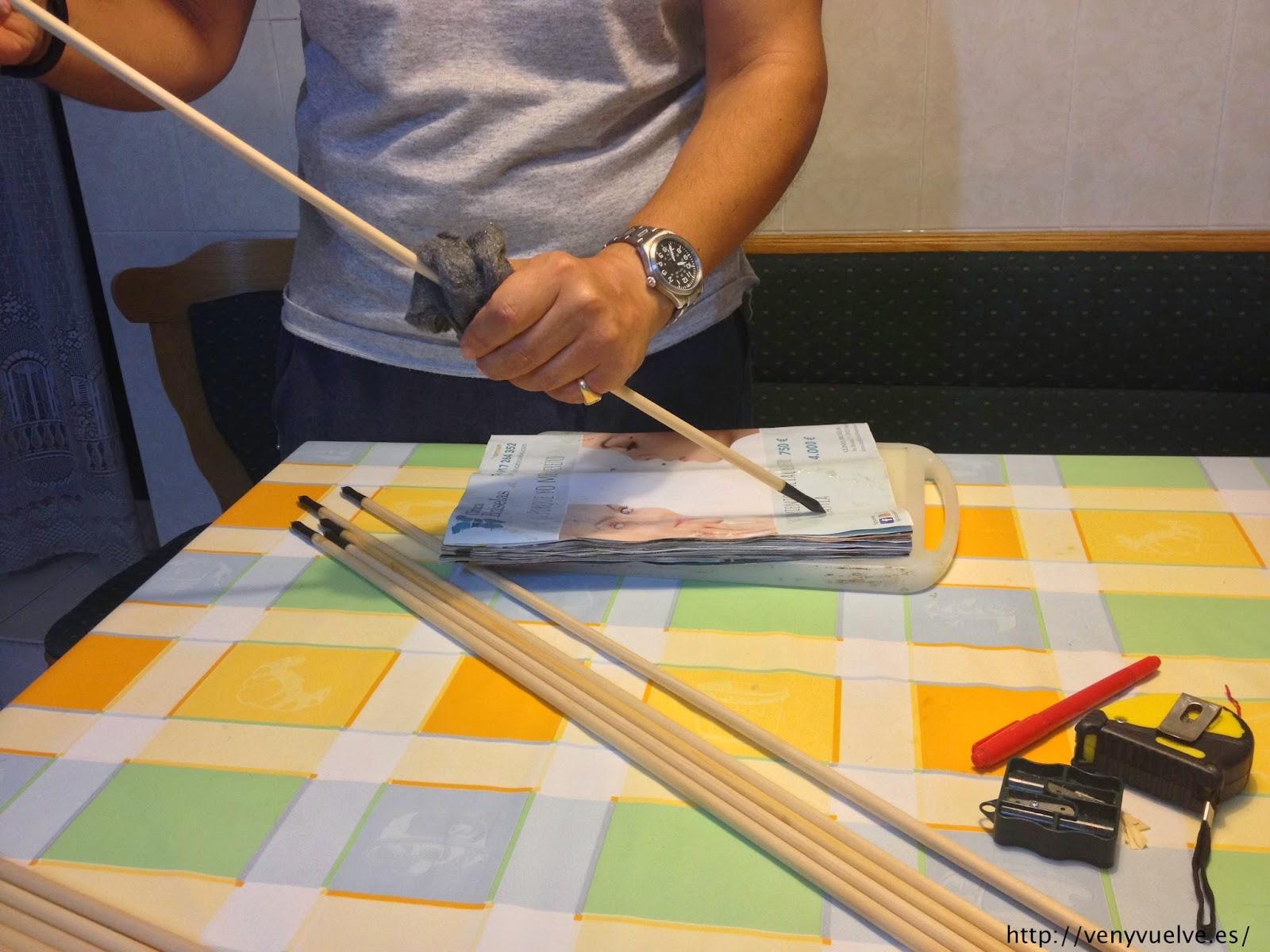Lijando una flecha de madera