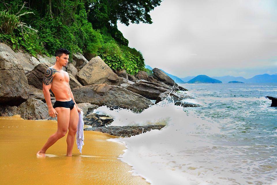 Marcos Tonny posa para ensaio sensual na Praia Vermelha. Foto: Cleiton Enrique