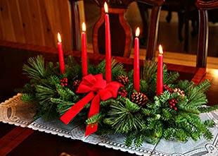 Decorações para ceia de Natal com velas e pinhas