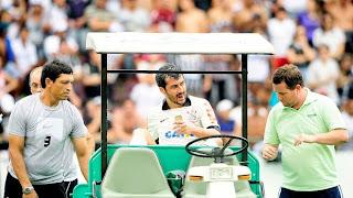 Douglas é atendido pelos médicos após marcar o gol.