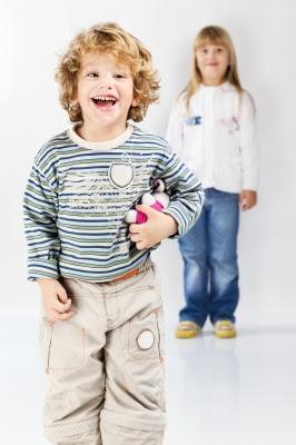 Niño y niña jugando felices
