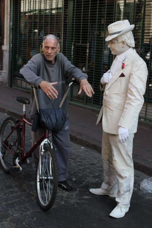 Statue slår av en prat