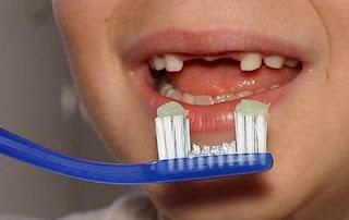 criança faltando um dente