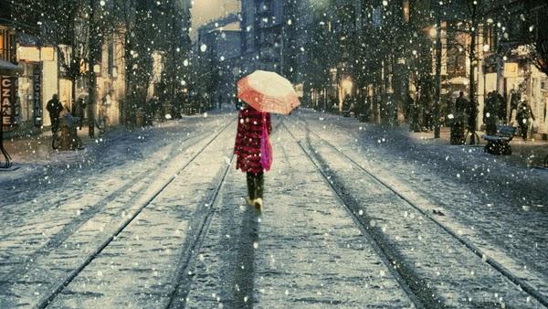 فتاة تسير في الشارع