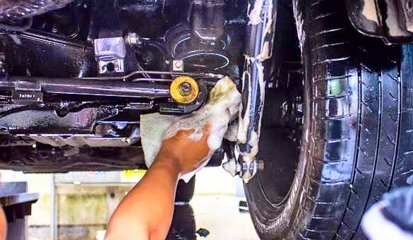 Membersihkan Bagian Kolong Mobil