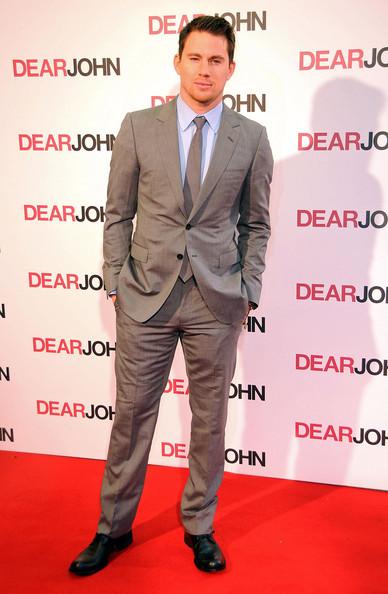 Traje gris, camisa celeste y zapatos menos formales. Lindo look.