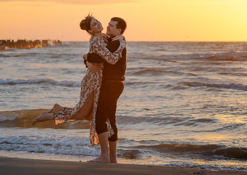 romantiškos poros nuotraukos prie jūros