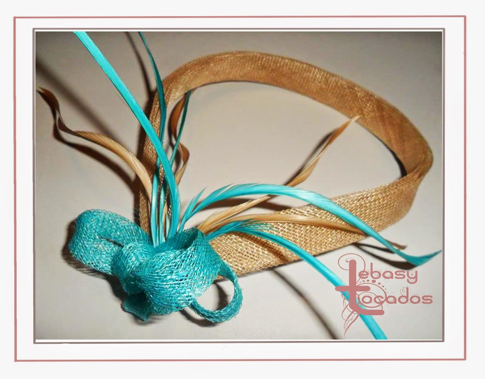 Banda en turquesa y beige de plumas y sinamay de Lebasy Tocados