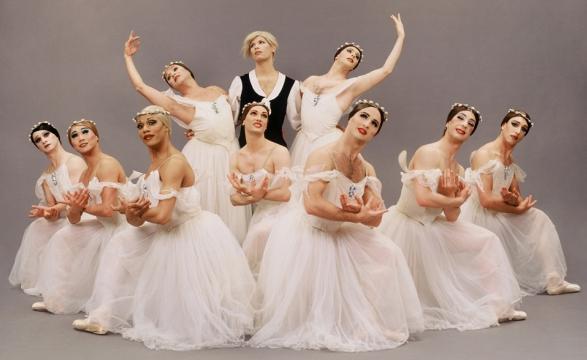 grand pas de quarte in the ballet les sylphides Je suis face au mur lépreux de ma chambre  jusqu'à atterrir et m'intégrer dans le lieu, toujours un rivage parmi les milliers que j'ai connus de par le.