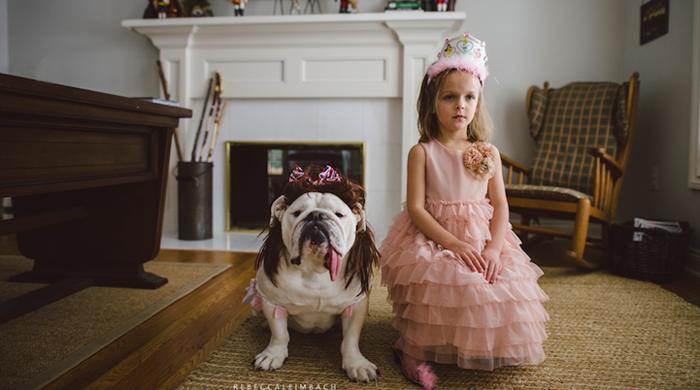 Una niña quien es la mejor amiga de un Bulldog Inglés
