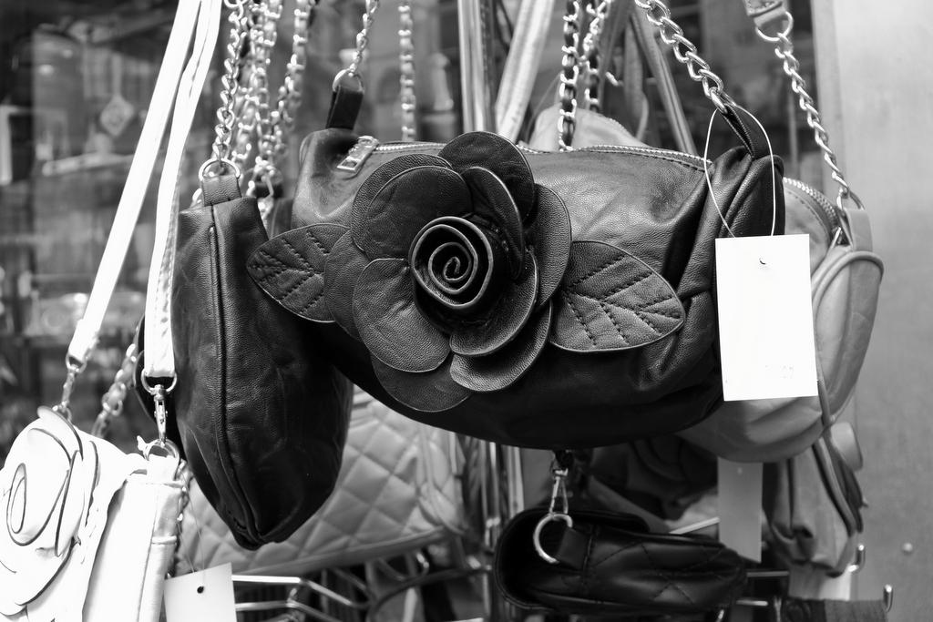 Rosa negra, by Guillermo Aldaya / PhotoConversa