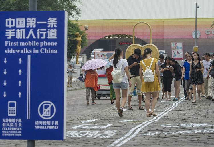 Trottoir pour piéton au téléphone en Chine
