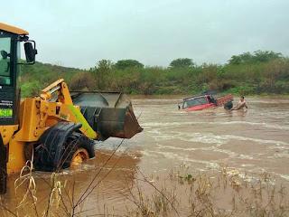 Após chuvas, caminhão quase é arrastado pela correnteza do Rio Taperoá