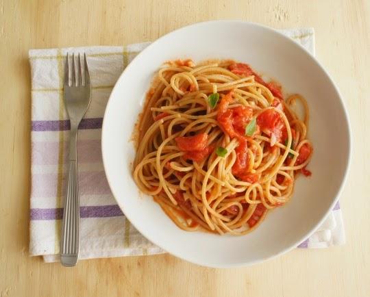 espaguete integral com tomate, manjericão e parmesão