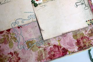 Скрап-альбом для свадебных пожеланий. Набор с рассадочными карточками. Материалы: магазин Скрапбукшоп. Разворот для свадебных фотографий. Розы, кружевная салфетка, стразы, часики, ключи.