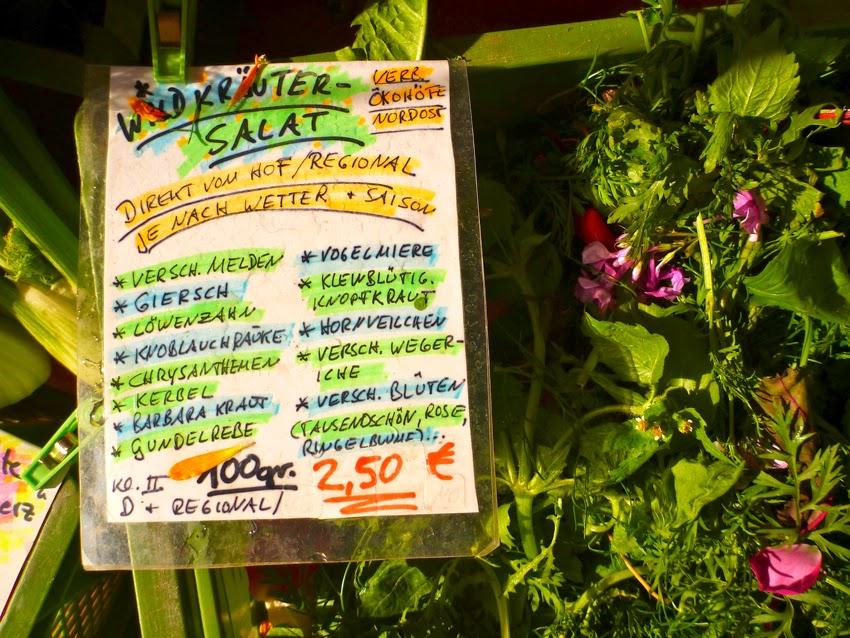Wildkräutersalat vom Maybachufermarkt: Giersch, Melde, Löwenzahn, Knoblauchrauke, Kerbel, Barbarakraut, Gundelrebe, diverse Blüten und viel mehr, 2,50 Euro je 100 gr., regional und ökologisch