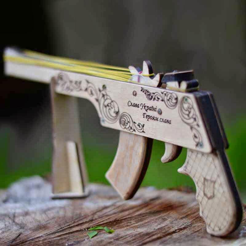 Деревянная игрушка пистолет резинкострел