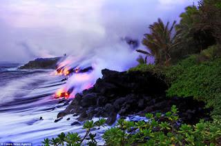 شاهد بالصور: بركان مشتعل داخل