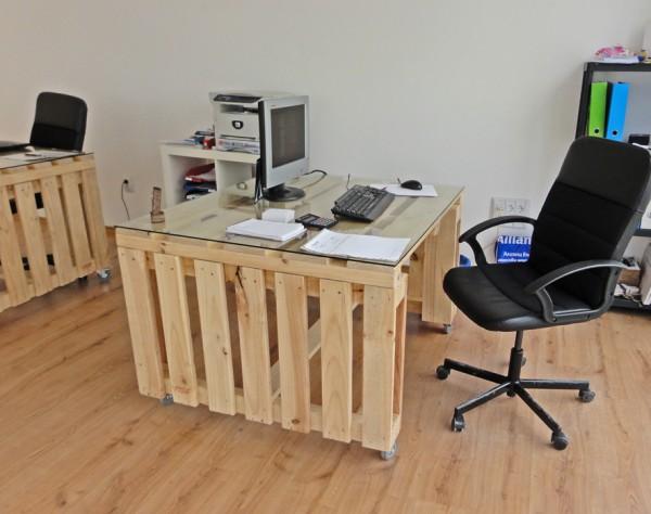 Oficina de experto en vinos amueblada - Mesa escritorio madera ...